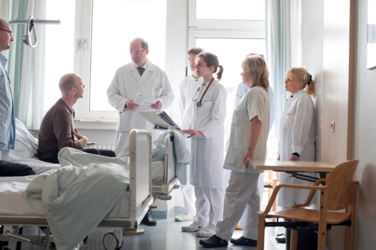 врач венеролог и специалисты на консилиуме по ЗППП